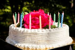 Weißer sahniger köstlicher Kuchen mit Kerzennahaufnahme Stockfotos