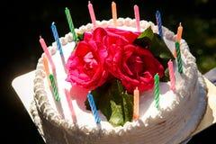 Weißer sahniger köstlicher Kuchen mit Kerzennahaufnahme Lizenzfreies Stockbild