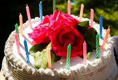 Weißer sahniger köstlicher Kuchen mit Kerzennahaufnahme Lizenzfreie Stockfotografie