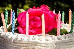 Weißer sahniger köstlicher Kuchen mit Kerzennahaufnahme Stockfoto