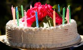 Weißer sahniger köstlicher Kuchen mit Kerzennahaufnahme Stockbilder
