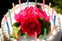 Weißer sahniger köstlicher Kuchen mit Kerzennahaufnahme Stockbild