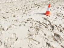 Weißer Sand mit einem Verkehrskegel Lizenzfreies Stockbild