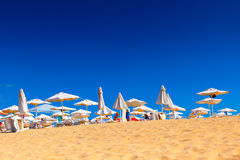 Weißer Sand mit vollkommenem sonnigem Himmel in der Sommerzeit Lizenzfreie Stockfotos