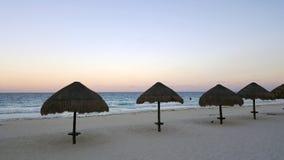 Weißer Sand-Strand Cancun nachts, Mexiko stockfotografie