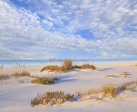 Weißer Sand-Strand und schöner bewölkter Himmel Stockbilder