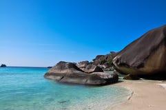 Weißer Sand und Meer mit Felsen Stockfotos