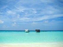 Weißer Sand und schönes Wasser bei den Maldives Lizenzfreie Stockfotografie