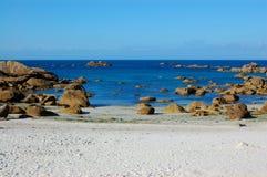 Weißer sandiger Strand, Bretagne, Frankreich Stockbild