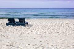 Weißer sandiger Strand, der den Ozean mit leerem Lou ansieht Lizenzfreies Stockfoto