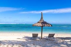 Weißer Sandstrand von Flic en Flac Mauritius, welches das Meer übersieht Stockfoto