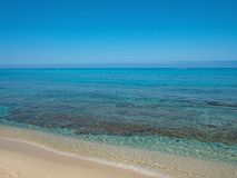 weißer Sandstrand wusch sich durch das transparente Meerwasser Lizenzfreie Stockfotos