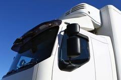 Weißer Sattelzug-LKW stockbild