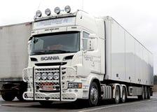 Weißer Scania-LKW Stockbild