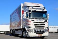 Weißer Scania-LKW auf einem Yard Stockfotografie