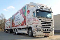 Weißer Scania-LKW und voller Anhänger Stockfoto