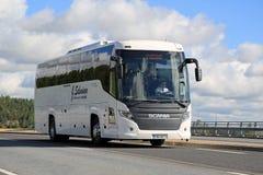 Weißer Scania-Reisen-Bus auf der Straße am Sommer Stockfotografie