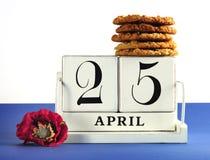 Weißer schäbiger schicker Weinleseartkalenderblock für Anzac Day am 25. April mit traditionellen Anzac-Keksen Lizenzfreie Stockbilder