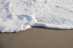 Weißer Schaum, der von der Welle kommt Lizenzfreie Stockbilder