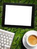 Weißer Schirm des Tablets ähnlich ipad Anzeige und Kaffee lizenzfreies stockfoto