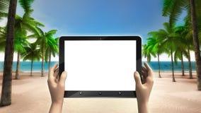 Weißer Schirm des Tablets auf dem sandigen tropischen Strand Stockbilder