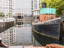 Weißer Schlepper des Klopfers bei Nord- Quay, West-Indien-Dock, London stockfotos