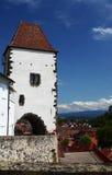 Weißer Schlosskontrollturm und malerische Landschaft Lizenzfreies Stockfoto