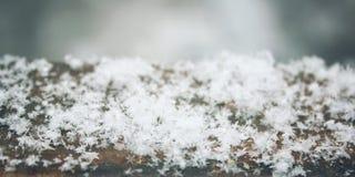 Weißer Schnee auf dem unscharfen Hintergrund Lizenzfreies Stockbild