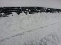 Weißer Schnee auf Einsteigeloch auf Straßenseite Stockbilder
