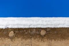 Weißer Schnee konkret gegen einen blauen Himmel stockbild