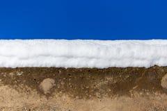 Weißer Schnee konkret gegen einen blauen Himmel stockfotografie
