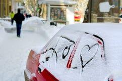 Weißer Schnee mit ertrinkt Innerform Herz mit dem Auto gezeichnet in den Schnee auf einer Stadtstraße Hintergrund für Valentinsgr Lizenzfreie Stockbilder