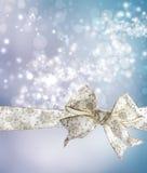 Weißer Schneeflocke-Bogen und Farbband stockfotografie