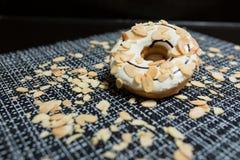Weißer Schokolade Donut mit der Mandel geschnitten Stockfotografie