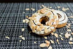 Weißer Schokolade Donut mit der Mandel geschnitten Lizenzfreie Stockfotos