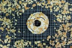 Weißer Schokolade Donut mit Mandel besprüht Stockfotografie
