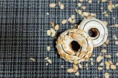 Weißer Schokolade und Mandel-Donut Lizenzfreies Stockfoto