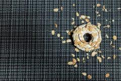 Weißer Schokolade und Mandel-Donut Stockbilder