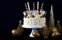 Weißer Schokoladenkuchen des guten Rutsch ins Neue Jahr Lizenzfreie Stockfotos