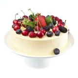 Weißer Schokoladenkuchen mit frischen Beeren Stockfoto