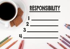 Weißer Schreibtisch der leeren Liste der Verantwortung mit einem Bleistift und einer Schale von Stockfoto
