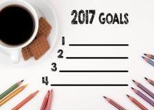 weißer Schreibtisch der Liste mit 2017 Zielen mit einem Tasse Kaffee Stockbilder