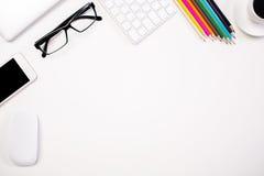Weißer Schreibtisch mit Einzelteilen Stockfotos