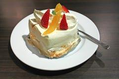 Weißer Schwamm-Sahne-Kuchen lizenzfreie stockbilder