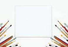 Weißer Segeltuchspott des Malzeugs und des freien Raumes oben Kunst Hintergrund, Bürsten Lizenzfreies Stockfoto