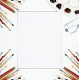 Weißer Segeltuchspott des Malzeugs und des freien Raumes oben Kunst Hintergrund, Bürsten Stockfotografie