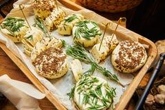 Weißer selbst gemachter Käse mit Gewürzen in einem Korb stockfotos