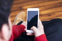 Weißer Smartphone, der in der Hand in Stand hält lizenzfreie stockbilder