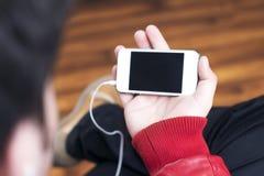 Weißer Smartphone, der im Querformat hält Lizenzfreie Stockbilder