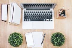 Weißer Smartphone und Laptop Lizenzfreie Stockfotos